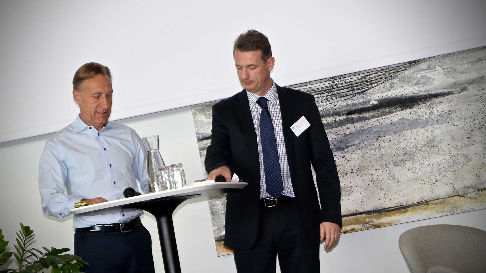 AstraZeneca's CEO Sweden, Jan-Olof Jacke, signing the agreement with Mölnlycke's Executive Vice President for R&D, Barry McBride