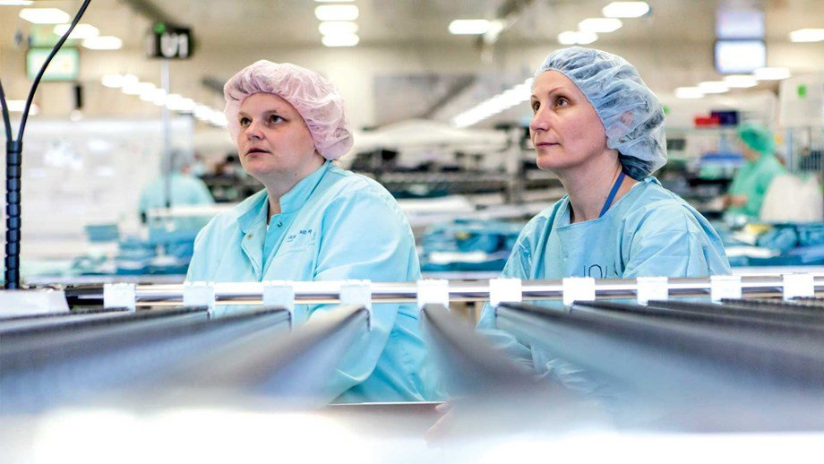 two female employees at work in a Mölnlycke factory