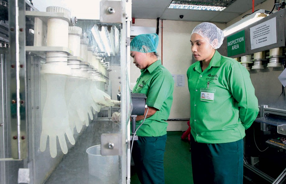 Two female employees working in a Mölnlycke factory