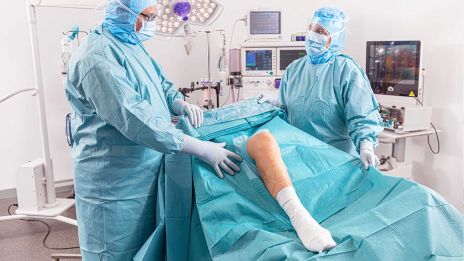 Orthopedic surgery with two surgeons